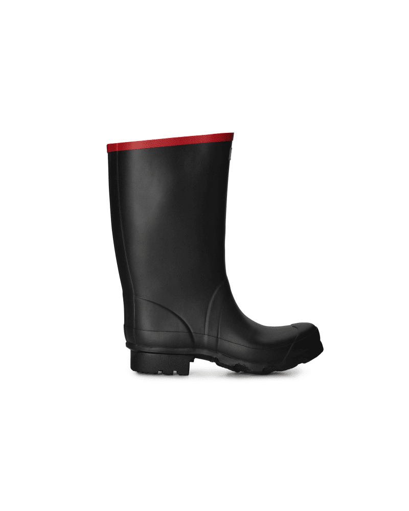 *Size/Fit Summary: True to size, Wide fit* A short boot for rough environments and farming, this design is made from heavy-duty rubber. This boot has a generous calf width and a wide tread sole in a zigzag construction for mud release.