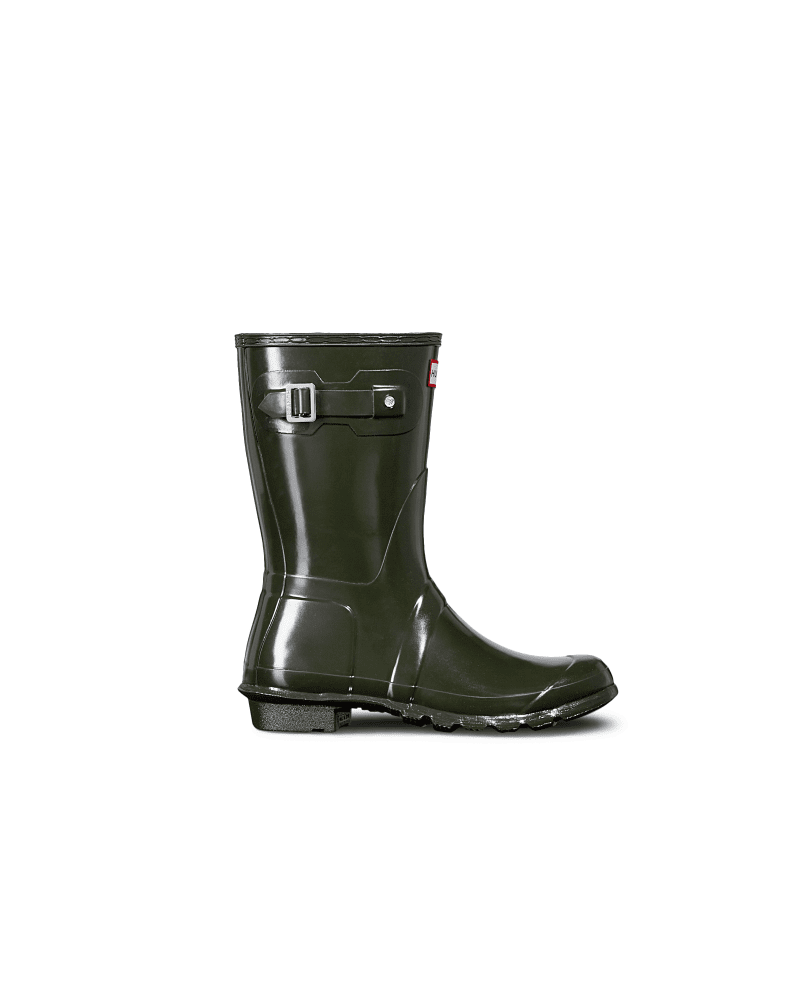 *Size/Fit Summary: True to size, Regular fit* Perfect for wet weather conditions this women\\\'s Rain Boot Boot is a shorter version of the iconic Hunter Original Tall Boot. Formed of natural rubber, each boot is handcrafted and assembled over three days before being vulcanized for superior protection. Featuring the Hunter Original tread pattern, and a comfortable polyester lining, this glossy olive green waterproof boot is a rainy-day necessity. We recommend that all Hunter boots be worn with sock