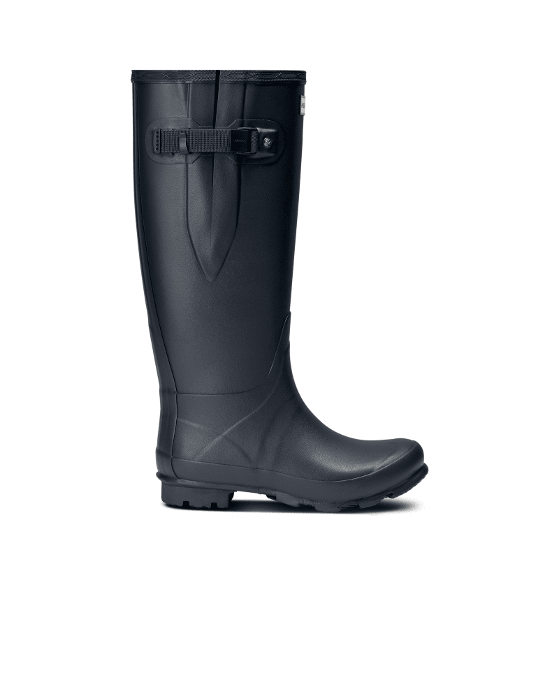 *Size/Fit Summary: True to size, Wide fit* Fusing the unique design of the iconic Original Tall boot with new technical developments, the Norris Field Boot is crafted from natural rubber with a gloss finish. Designed for a wider fit on the leg, the rubber has a new soft compound that maintains strength, while being flexible to allow ease of movement. The boot has a weatherproof buckle with a webbing strap, a robust heel and high-traction zigzag tread.