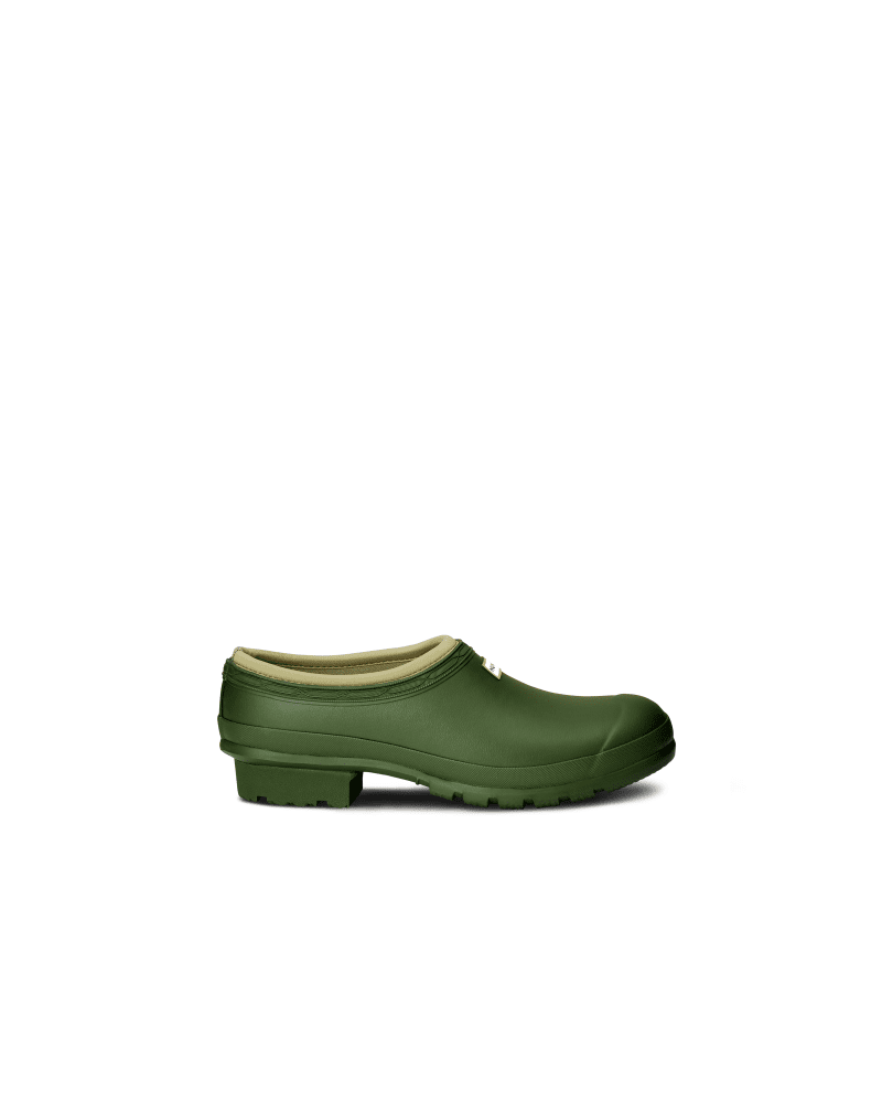 *Size/Fit Summary: True to size, Regular fit* A slip-on shoe handcrafted from waterproof rubber, designed for gardening. The clog has a flexible natural rubber form and Hunter\\\'s signature tread providing grip. Lined in neoprene, it protects from the elements as well as supporting the foot.