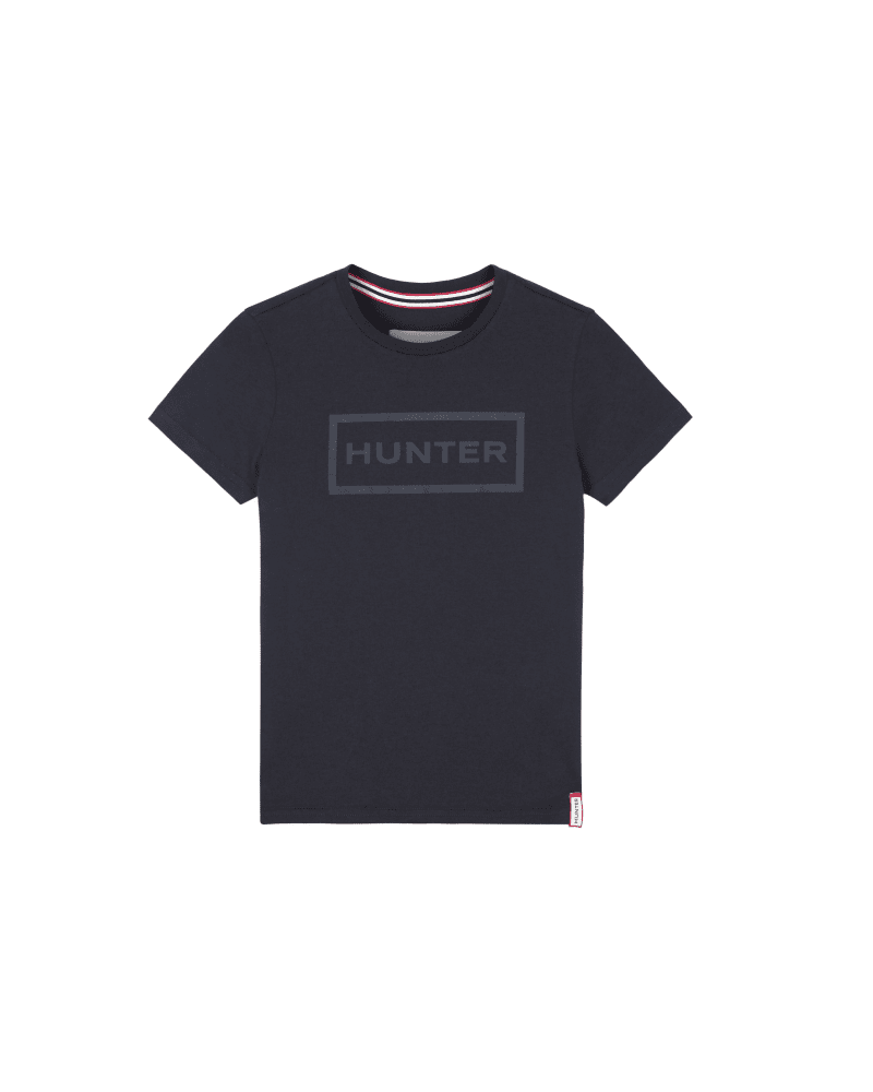 *Size/Fit Summary: True to size, Regular fit. Sizing suitable for ages 3-6* Quintessentially Hunter, let your kid stand out in the Original Little Kids Logo T-Shirt this season. Featuring a casual round neck and short sleeves, this lightweight navy t-shirt is made from 100% cotton for a comfortable, breathable feel. Perfect for sunny getaways or as a smart base layer for chilly days, the tonal print references Hunter\\\'s signature box logo, making this an instantly recognisable throw-on for their