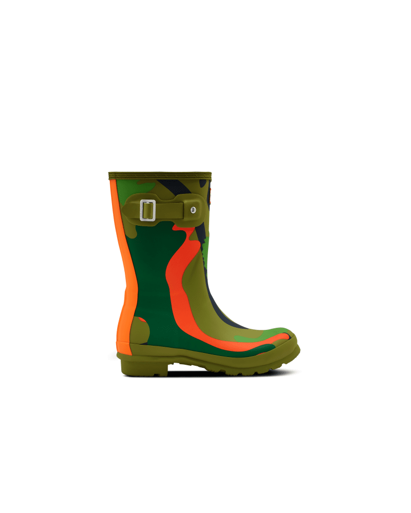 *Size/Fit Summary: True to size, Regular fit* Hunter\\\'s iconic Original Short Rain boot is updated with the green Rock Pool Camo print, which is inspired by the busy microscopic life, rubbery seaweed and colorful sea creatures found in Scottish coastal rock pools. Handcrafted from natural rubber, each pair of boots are made from 28 hand-cut parts and assembled over three days on an aluminium last bespoke to Hunter before being vulcanized, which provides superior protection from the weather. Featu