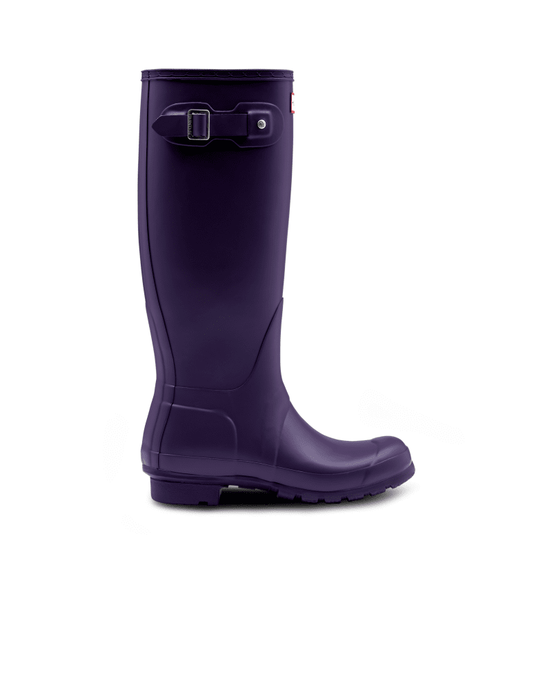 *Size/Fit Summary: True to size, Regular fit* Perfect for wet weather conditions, this women\\\'s Rain Boot has been at the heart of the Hunter Original brand since its introduction in 1956. Formed of natural rubber, each pair is made from 28 hand-cut parts and assembled over three days on an aluminium last bespoke to Hunter, before being vulcanised for superior protection. Featuring the Hunter Original tread pattern, and a comfortable polyester lining, this matte seasonal blue waterproof boot with