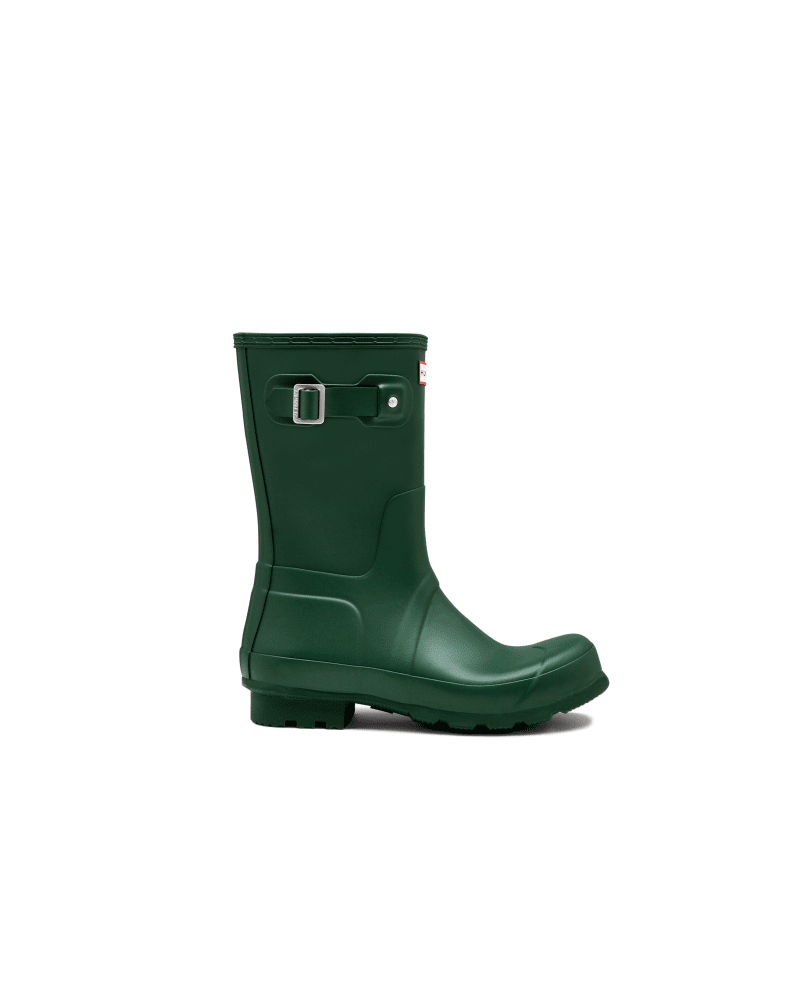 *Size/Fit Summary: True to size, Regular fit* The Men\\\'s Original Short Rain Boot Boot takes the iconic design of the Tall Boot and scales it down for a versatile and comfortable style. From jeans to chino\\\'s, styling is easy thanks to the mid-calf height. Formed of natural rubber, each boot is handcrafted and assembled over three days before being vulcanized for superior protection. Featuring the Hunter Original tread pattern, and a comfortable polyester lining, this classic green waterproof boot