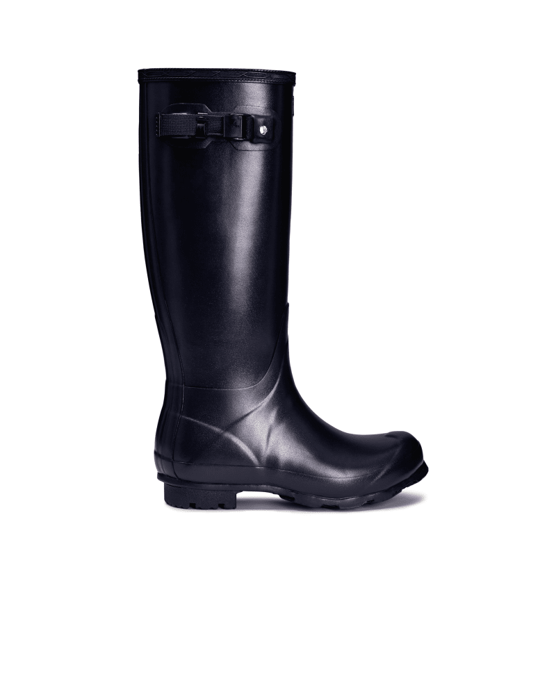 *Size/Fit Summary: True to size, Regular fit* Fusing the unique design style of the iconic Original Tall boot with new developments, the Norris Field boot is made for sustained use on varied terrain. The boot is named after Hunter\\\'s pioneering founder, Henry Lee Norris, who set up the rubber company in 1956. Made from a new soft rubber compound, the design is strong and flexible, while the durable sole has a wide zigzag construction for high traction. A robust sole with a durable heel and high-g